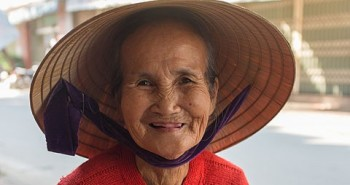 Playful_Old_Lady_in_Da_Nang,_Vietnam