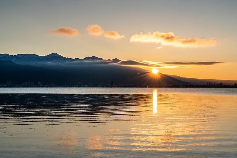 FIrst_sunrise_of_2020_on_Lake_Suwa_with_Yatsugatake;_January_2020!!!